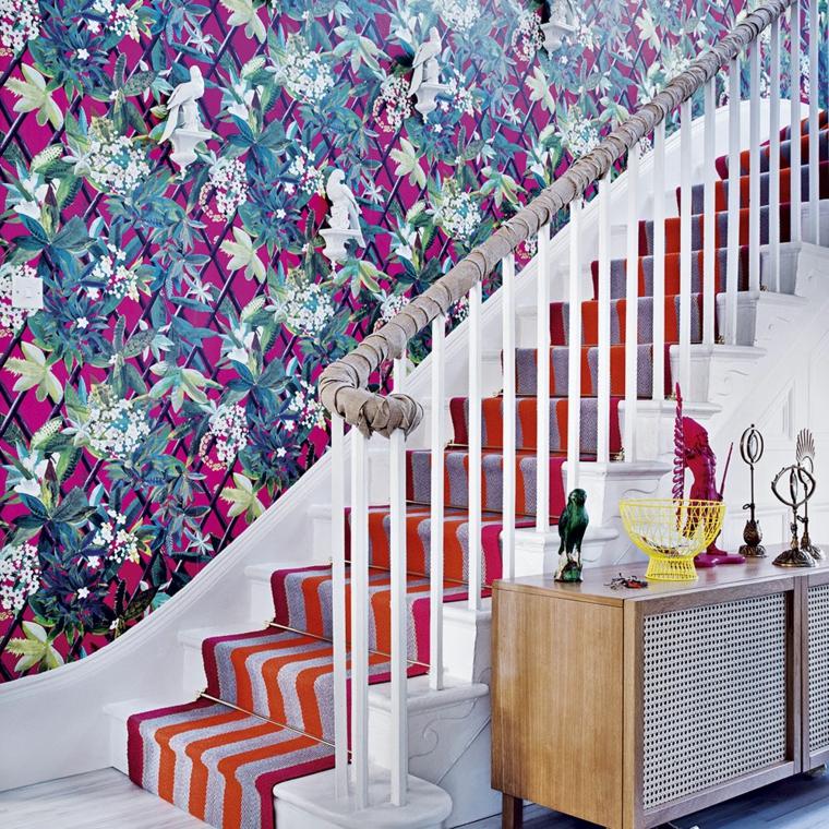 scale interne appartamento con tappeto colorato mobile ingresso di legno