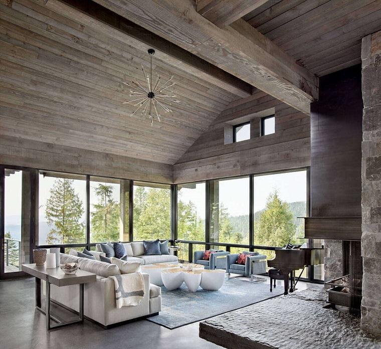 Esempi arredamento soggiorno, salotto con due divani e due poltrone, salotto con soffitto di legno