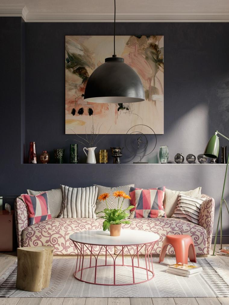 Soggiorno moderno, salotto con divano motivi floreali, parete grigia con nicchia