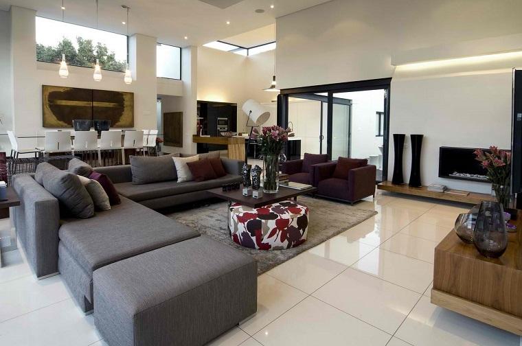 soggiorno arredato stile contemporaneo divano angolare colore grigio
