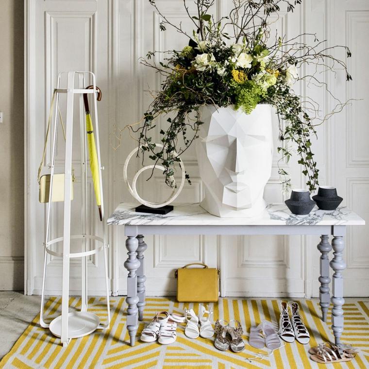 tavolo di marmo con vaso tappeto giallo a righe arredamenti per ingresso appartamento