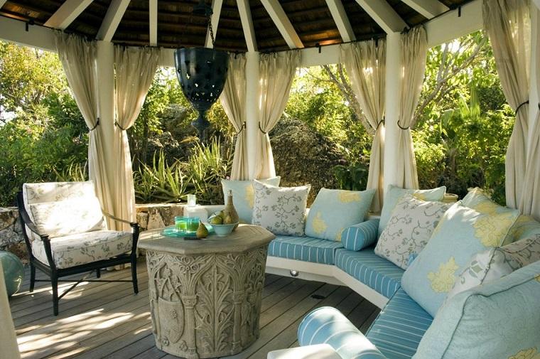 veranda adorabile cuscineria blu tavolo particolare