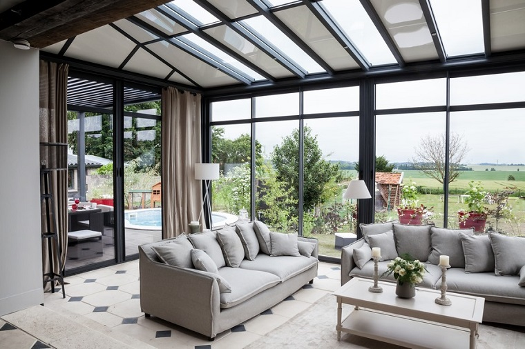 veranda coperta arredata due divani colore beige