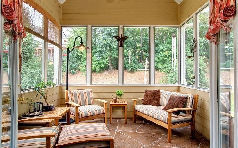 veranda coperta arredata mobili legno