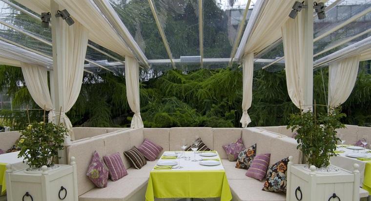 veranda particolare tavolo tovaglia verde