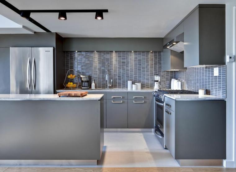Cucina bianca e grigia, cucina con pavimento in piastrelle, parete paraschizzi in piastrelle