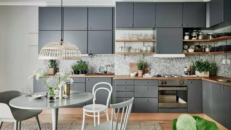 Cucina moderna grigia, cucina con mobili di colore grigio, cucina con tavolo e sedie
