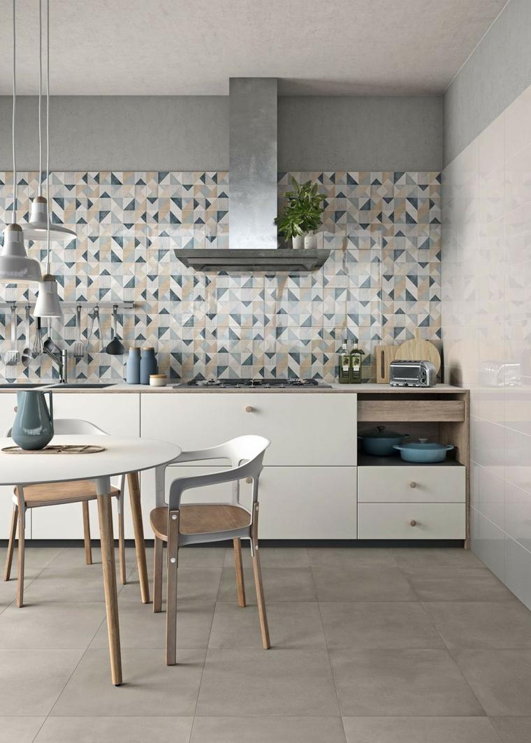 Cucine moderne bianche, parete con piastrelle colorate, tavolo da pranzo in legno con sedie
