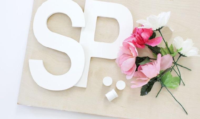 addobbi pasquali fai da te lettere in legno e petali di fiori finti tutorial