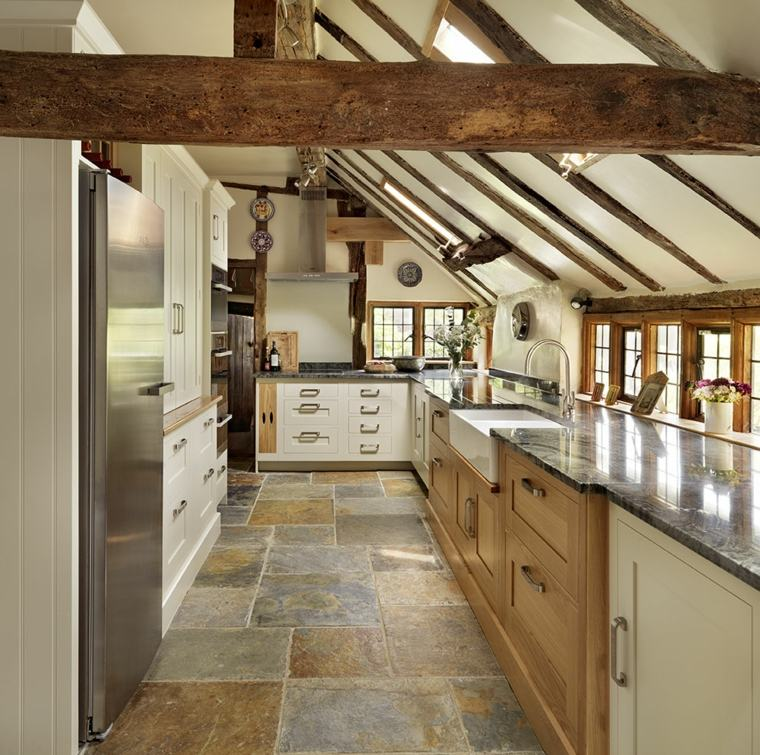 ambiente arredato stile country travi vista legno frigo