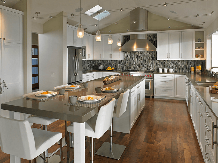 arredamento cucina isola lunga pavimento legno top grigio