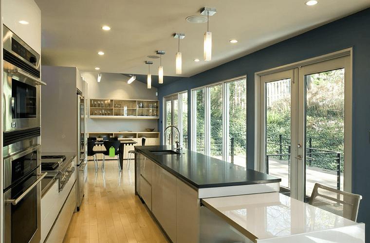 arredamento cucina lunga stretta isola colore bianco nero moderno