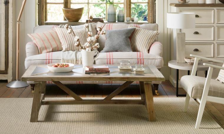 arredamento soggiorno stile provenzale divano con cuscini colorati tavolino basso di legno