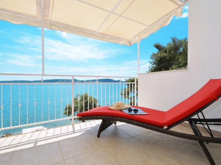 arredare balcone idea chaise longue