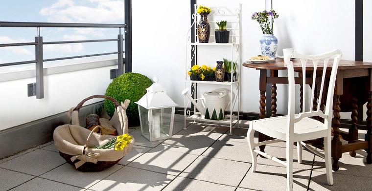arredare balcone idea mobili legno