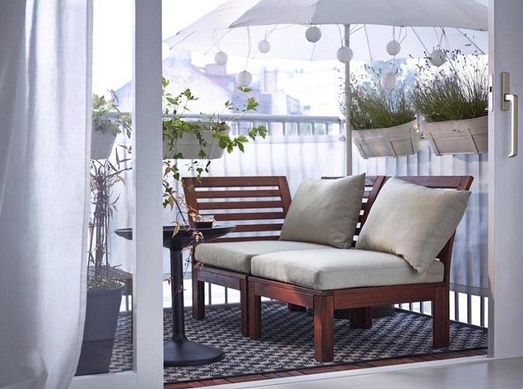 arredare balcone idea panchina legno cuscineria colore grigio