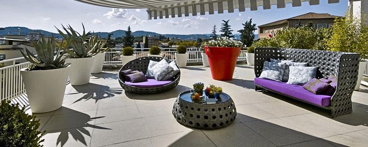 arredare balcone soluzione set vasi design