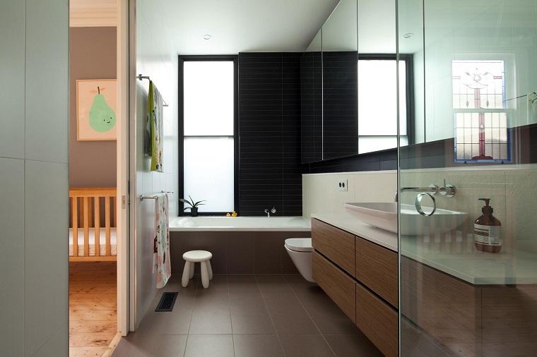 arredare il bagno mobile colore chiaro legno