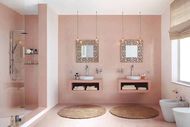 arredare il bagno pareti colore rosa tappetini rosa