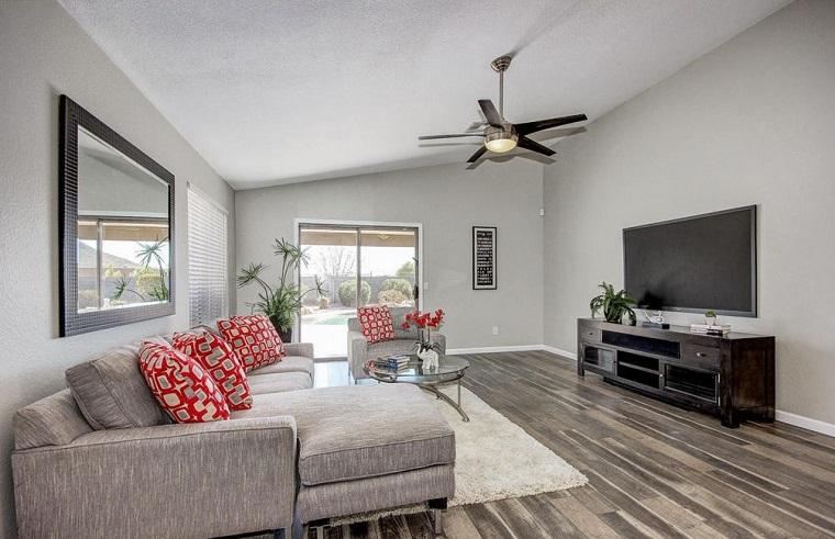 arredo soggiorno stile contemporaneo pavimento laminato divano