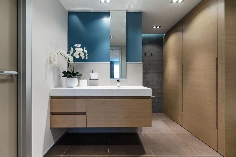 bagno arredato mobili legno intera parete armadio