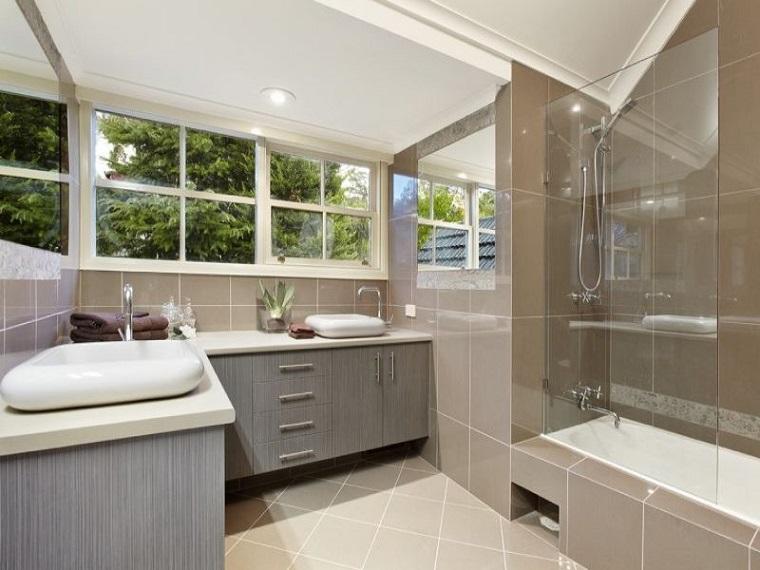 bagno moderno lavabo design tante finestre