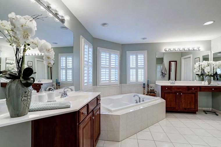 bagno moderno molto grande inserti legno