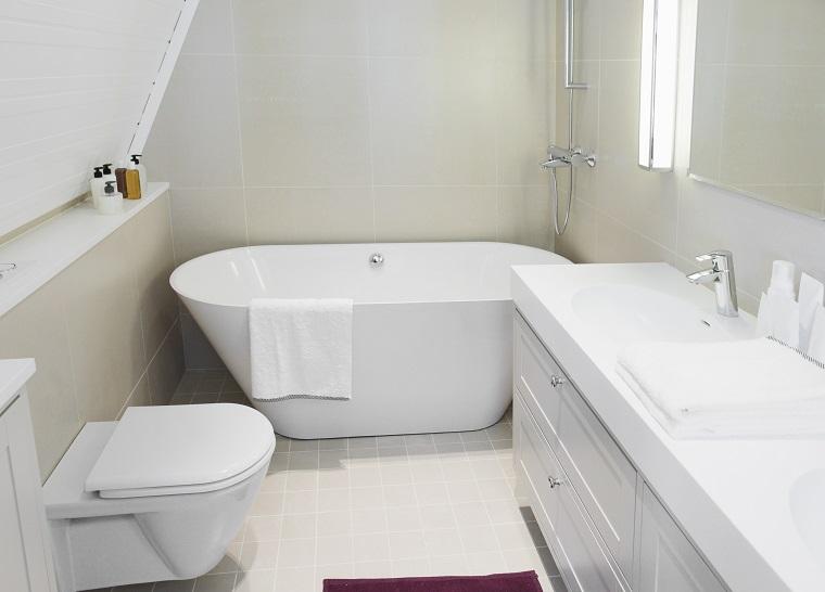 bagno moderno piccolo sanitari mobile pareti pavimento bianchi