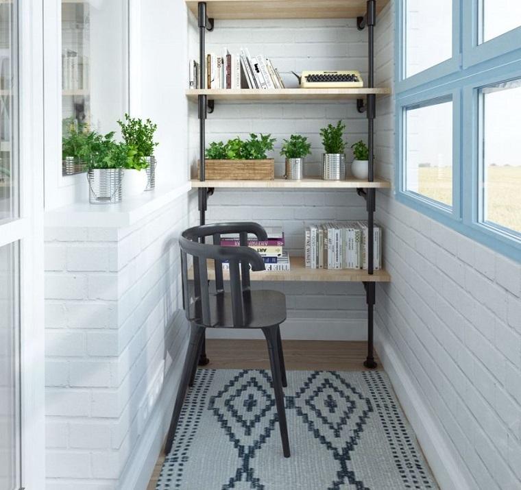 balcone piccolo chiuso decorato mobile legno tappeto design
