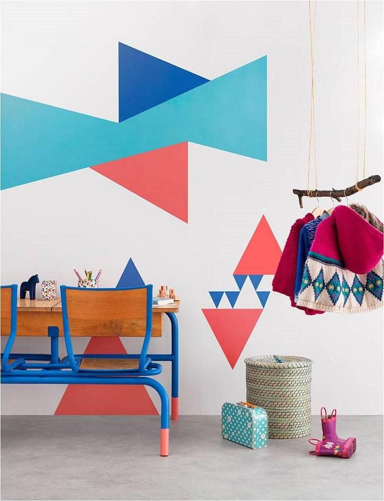 cameretta parete colore biacno forme geometriche colorate