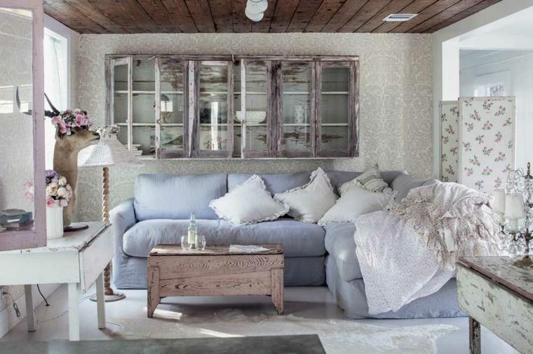 casa stile provenzale divano in tessuto azzurro credenza con ante di vetro