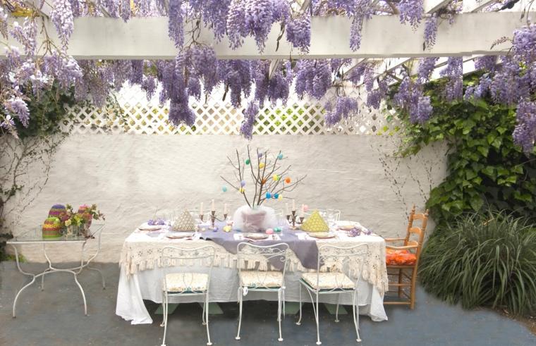 casa stile provenzale giardino con pergola di legno piante da esterno di colore viola