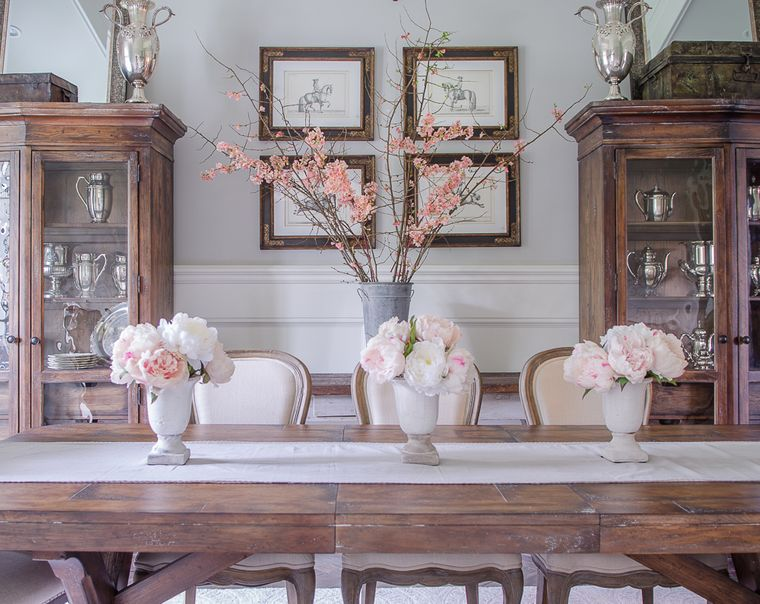 centrotavola con vasi di fiori decorazione tavolo da pranzo runner di colore beige