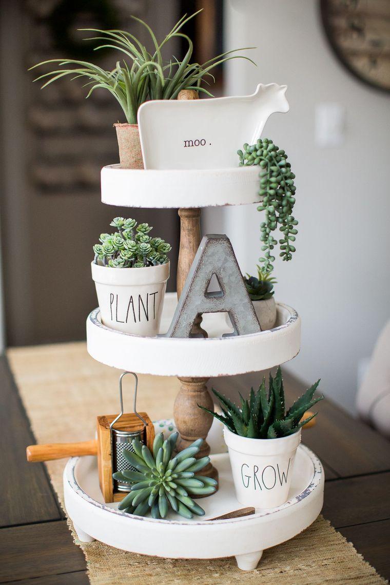 centrotavola con vasi per fiori e lettere di legno decorazione con piante grasse
