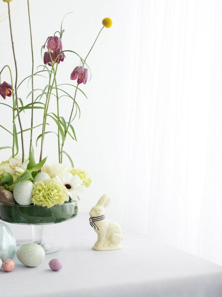 centrotavola di pasqua decorazioni con uova e coniglietti di cioccolato vaso con fiori