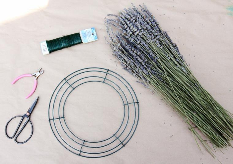 cerchio di metallo e forbici mazzo di fiori di lavanda decorazioni di primavera per finestre