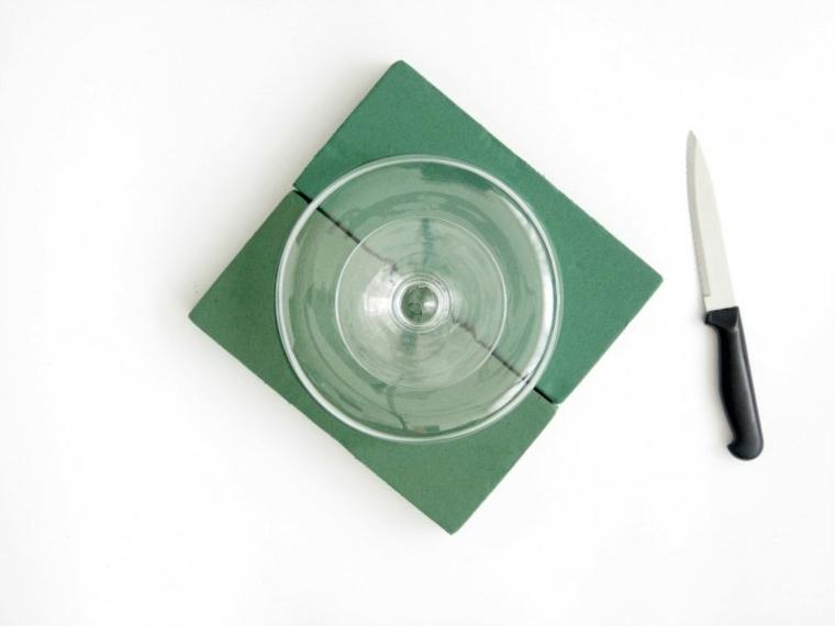 ciotola di plastica e coltello materiale per lavoretti di pasqua fai da te