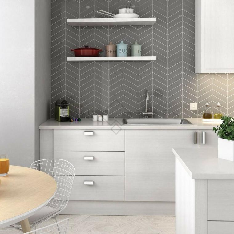 Cucine bicolore, parete di colore grigio, mobili di legno bianco e grigio