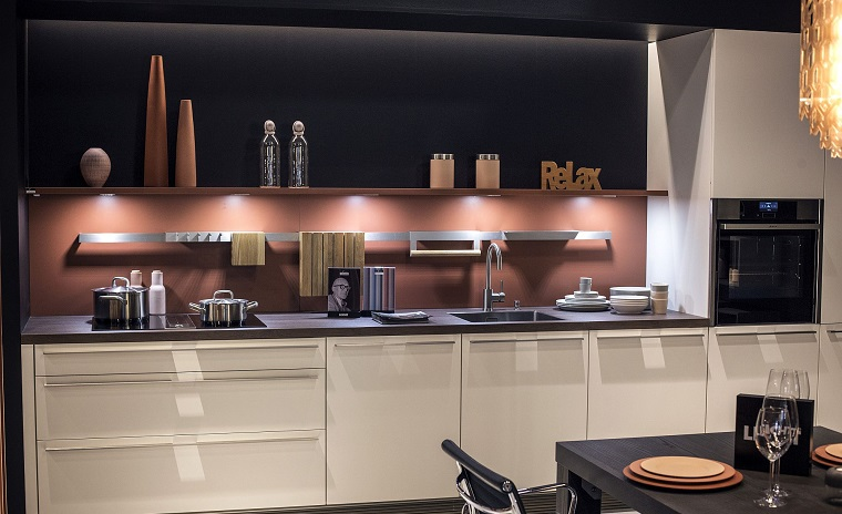 Abbinamento colori grigio, mobili cucina di colore bianco, parete di colore blu