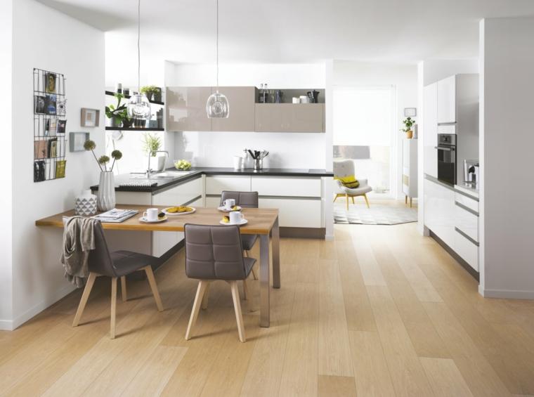 Cucine moderne bianche, cucina con tavolo da pranzo e sedie, pavimento in legno parquet