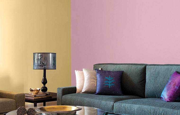 colori parete soggiorno idea viola giallo