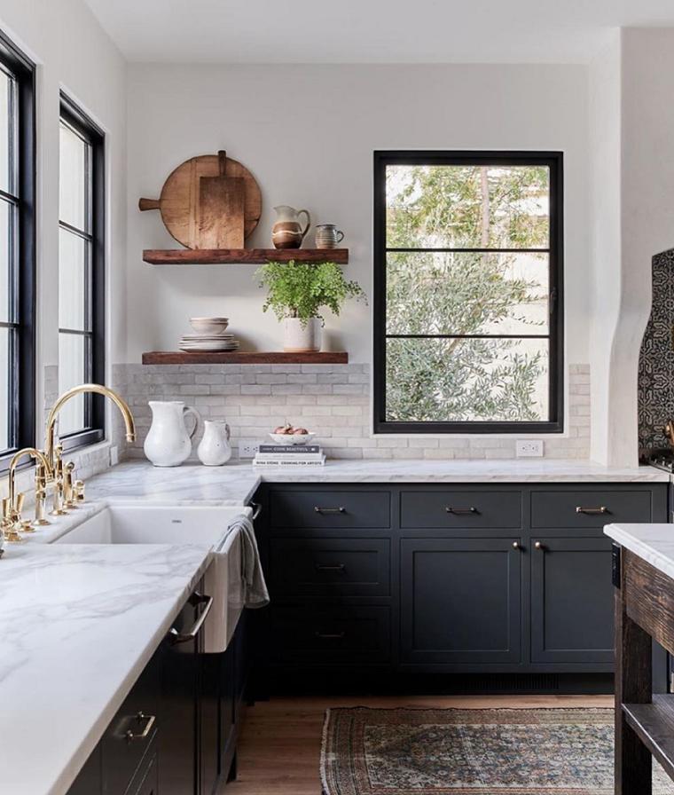 come arredare una cucina classica mobili in legno colore scuro pareti bianche con finestre e mensole