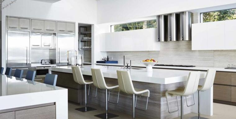 Cucine moderne bianche, cucina con isola centrale con sedie