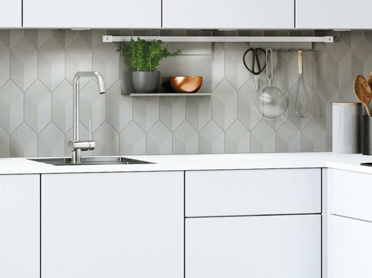 Cucine moderne bianche, parete paraschizzi di colore grigio, cucina mobili bianchi lucidi