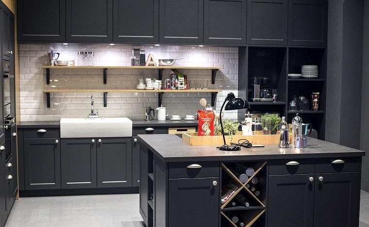 Cucina moderna grigia, cucina con isola centrale, parete paraschizzi con piastrelle bianche