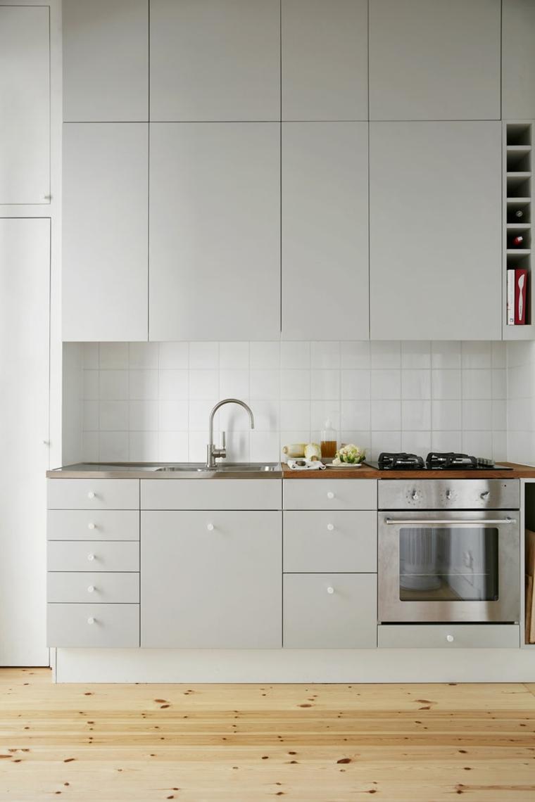 Cucine bicolore, cucina con mobili in legno di colore grigio, cucina con pavimento in legno