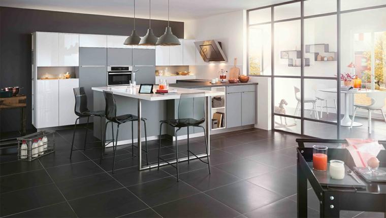 Colore pareti cucina bianca, pavimento in piastrelle nere, cucina con mobili bianchi