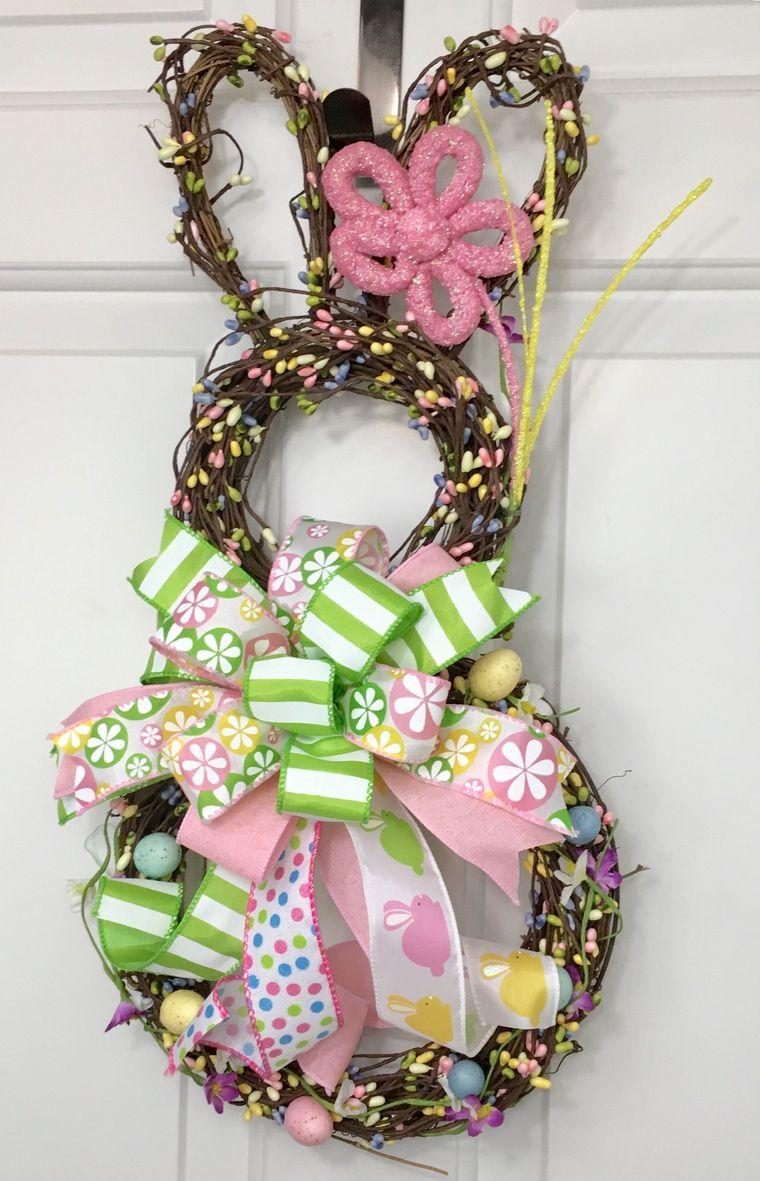 corona di pasqua forma coniglietto con fiocchi colorati decorazione da appendere alla porta di ingresso