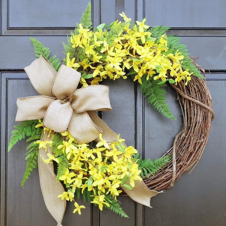 corona di primavera da appendere alla porta fiocco di nastro fiori con petali gialli