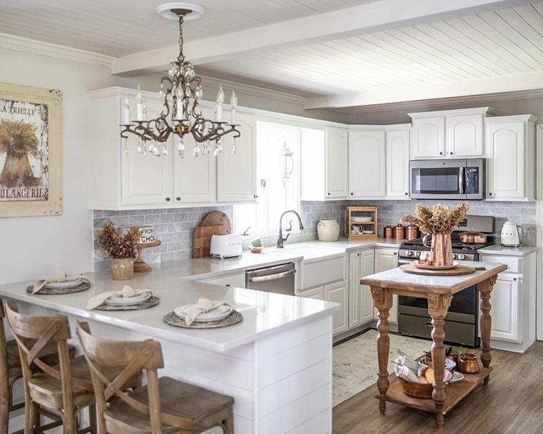 cucina ad angolo con isola centrale rivestimento pareti con piastrelle